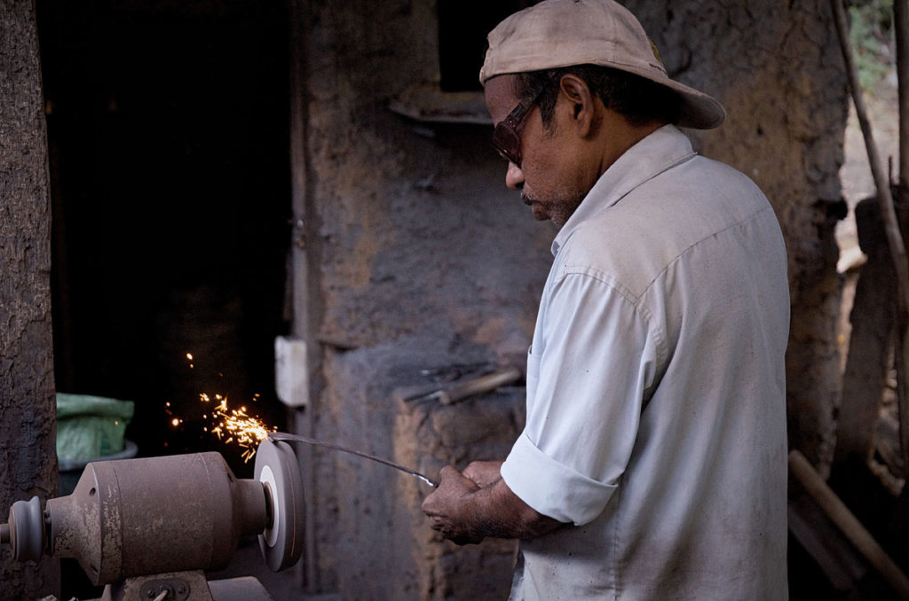 Man sharpening a blade - Kandy