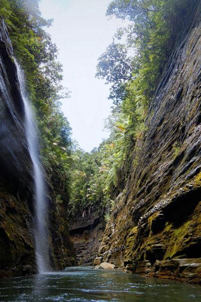 12-Upper-Navua-Gorge-with-Waterfall-DSCN5520_Fotor